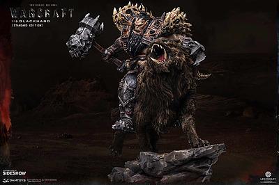 Einfach und sicher online bestellen: Warcraft Statue 1/8 Blackhand Riding Wolf in Österreich kaufen.