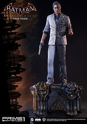 Einfach und sicher online bestellen: Batman Arkham Knight Statue Two-Face 1/3 in Österreich kaufen.